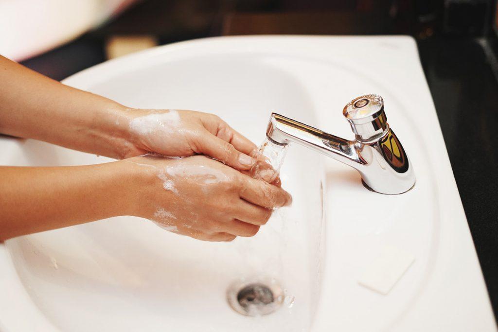 Vasker hendene