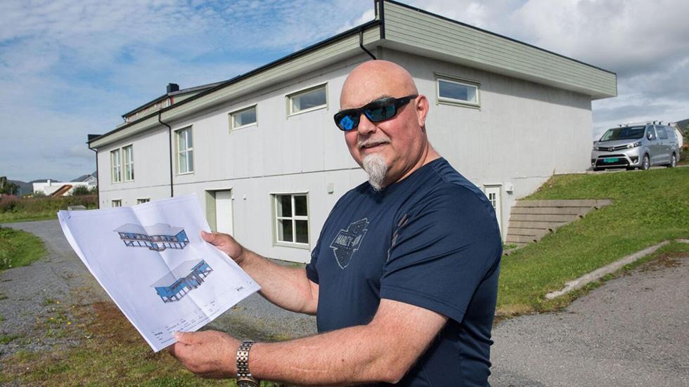 Eiendomsutvikler Håkon Ulriksen viser fram tegninger for nytt Framsikt-kontor i Bø